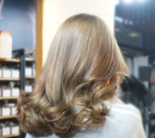美しいツヤ髪の女性
