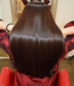 ツヤツヤの天使の輪の髪の女性