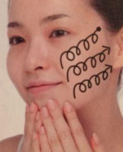頬のたるみを防ぐマッサージ