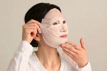 美容液マスクをする女性