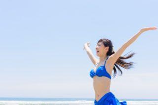 夏の強いエネルギーの紫外線を浴びる女性