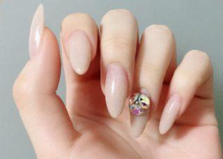 淡い色のネイルが良く似合う白い手