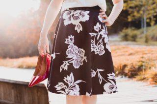 スカートをはいた綺麗なシルエットの女性