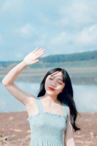海辺の白肌の美女