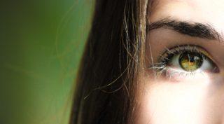 目に紫外線を浴びる女性