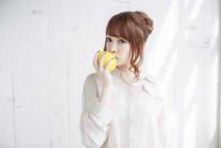 フルーツを食べている女性
