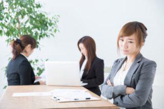 疲れがたまって仕事に支障がでている女性