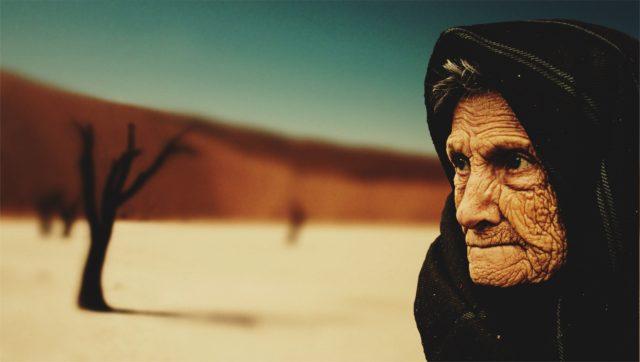 しわのある砂漠の女性