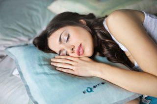 スヤスヤ寝ている女性