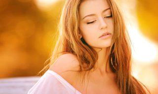 髪の毛の美しい女性