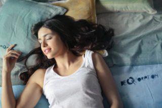 ノーブラで寝てる女性