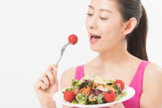いちごを食べている女性