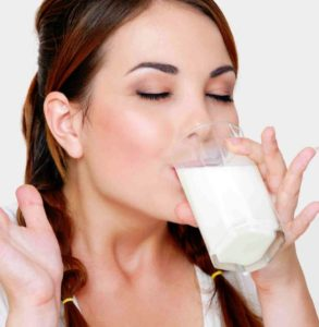 豆乳を飲む女性
