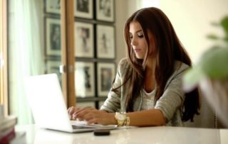 パソコンをしている女性