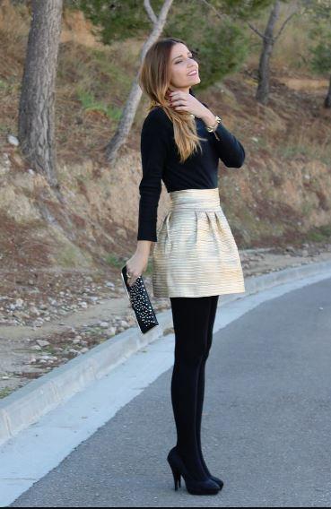 黒いタイツとスカートの女性